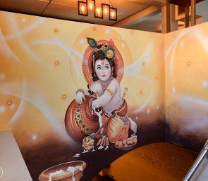 Goldenes Wandgemälde als moderner Akzent
