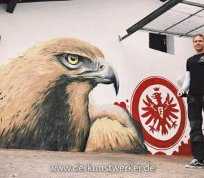 Künstler malt Eintracht Frankfurt Motiv an Fassade