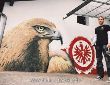 Künstler malt Eintracht  Motiv an Fassade